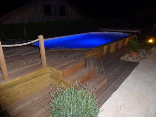 Le choix d 39 une piscine semi enterr e mouvement for Pose piscine bois semi enterree